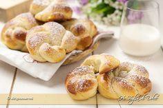 Brioches alla panna sofficissime, un impasto morbido realizzato usando la panna. Una ricetta ottima per la colazione e la merenda, facili da preparare.