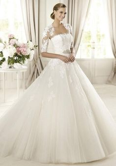 (13) FINN – Pronovias wedding dress, with a white veil and small cover for the shoulders