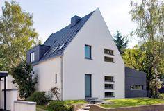· Dacheindeckung mit Betondachsteinen der Firma Braas, Typ Tegalit Granitfarbend Gauben- und Kaminbekleidung aus Großformatigen-Faserzementgebundenen-Platten der Firma Eternit