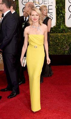 Naomi Watts, uma das apresentadoras da noite, usa vestido Gucci e colar de cobra da Bulgari no Globo de Ouro 2015