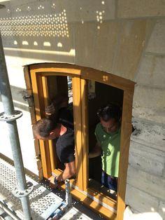 Uitvoering,   Één nieuw kozijn wordt als test op de nieuwe dopels geplaatst om te controleren of alles past.  meer projecten: http://www.denieuwecontext.nl/ #mergel #huis #renovatie #verbouwing #bergenterblijt #bouwen #limburg #monument #schuur #aanbouw #hout #gevel #interieur #vide #exterieur #modern #eiken #kozijnen #lariks