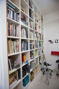 棚の上に入れた本は、IKEAで買ったハシゴに登って取る。