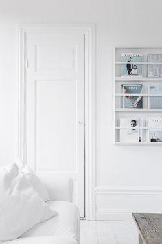 Hemma hos Sara Medina Lind - It's amazing how magazine covers turn into art on an open bookshelf