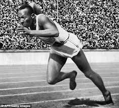 Berliinin olympialaiset 1936 Jesse Owens, joka voitti 4 kultamitalia, mutta häntä ei arvostettu Hitlerin rotuerottelun takia