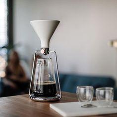 「GINA」は、コーヒーと水の分量や浸出時間の完璧な比率を、簡単に見つけられるスマート・コーヒーメーカー。内蔵のBluetoothと連動した計りで成分を計量し、最適なタイミングを教えてくれます。豆の品質や種類から、最高の味を追求してくれるんです。