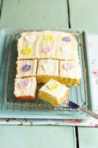 A brilliant no-fuss sponge cake from the Queen of baking Mary Berry. Simply mix all the cake ingredients together in a bowl place in a cake tin and bake, what could be easier. You can adapt it for any occasion topping it with different decorations or swee Tray Bake Recipes, Easy Cake Recipes, Sweet Recipes, Baking Recipes, Dessert Recipes, Party Recipes, Great British Bake Off, Sponge Tray Bake, Sponge Cake
