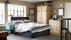 Rustikales Schlafzimmer u. a. mit FJELL Bettgestell mit Schubladen schwarz, BJÖRNLOKA Bettwäsche-Sets schwarz, FJELL Schrank mit 2 Türen + F...