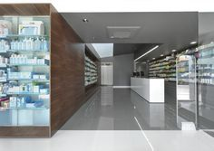 Campos Pharmacy in Póvoa de Varzim, Portugal by e|348 Arquitectura The depth of space prevents natural lighting of all spaces from the vertical openings, thus, taking advantage of a horizontal opening, pre-existing, around which are organized all the spaces, gets to illuminate the whole interior, naturally. The Organization allows the arrangement of spaces in its periphery, approaching them to the proposed Zenithal light.