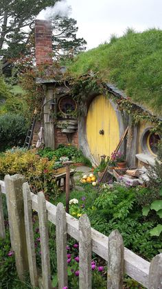 Bilbo and Frodo Baggins hobbit house. New Zealand Part Bilbo and Frodo Baggins hobbit house. New Zealand Part Fairy Houses, Play Houses, Tree Houses, Deco Nature, Unusual Homes, Earth Homes, Earthship, The Hobbit, Hobbit Bilbo