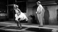"""🎥 NEL BACKSTAGE A volte certi ritrovamenti lasciano senza fiato! Riprese inedite sul set di """"Quando la moglie è in vacanza"""" trovate durante il trasloco di un operatore del film, Jules Schuback. Il filmato riguarda la famosissima scena in cui l'abito bianco di Marilyn viene sollevato dall'aria proveniente dalla grata della metropolitana: per la folla e la confusione che c'era sul set, la scena fu poi rigirata in un teatro di posa. #marilyn #movie #quandolamoglieèinvacanza"""