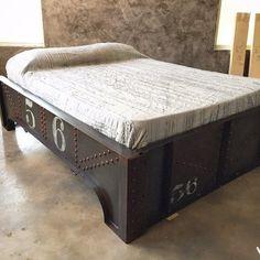 Bold metals make design statement Cama Industrial, Industrial Design Furniture, Industrial Living, Furniture Design, Industrial Decorating, Steel Furniture, Home Furniture, Furniture Makeover, Furniture Ideas