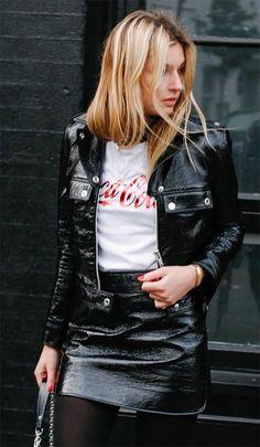Camille Charrère usa conjunto de saia e jaqueta de couro + t-shirt.