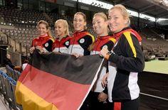Feb 2015: Die deutschen Tennis Fed-Cup-Spielerinnen Julia Görges (von links), Sabine Lisicki, Andrea Petkovic, Angelique Kerber und Teamchefin Barbara Rittner stehen vor dem Tennisplatz in der Porsche-Arena in Stuttgart. Foto: dpa http://www.stuttgarter-zeitung.de/inhalt.fed-cup-in-stuttgart-tennis-damen-spielen-gegen-australien.2d0ba844-6894-4207-8a12-e57d140663ad.html