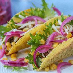 Syltet rødløk er syrlig og friskt, og passer perfekt som en kontrast i retter med tunge og fete smaker – som taco. Denne er klar i rekordfart! Feta, Tapas, Ethnic Recipes, Drink, Beverage, Drinking