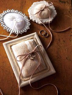 Ringkissen verpackt in einen individuellen Bilderrahmen - hier könnte man als Unterlage auch eine Postkarte mit einem schönen Spruch verwenden