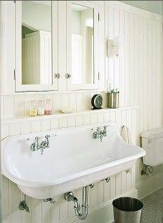 Friso de madera en todo el baño.