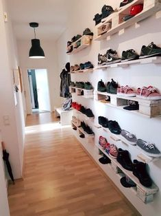 (renovated old building in Nippes) - .- WG – SUPERBUDE sucht … (sanierter Altbau in Nippes) – Wohngemeinschaften i… WG – SUPERBUDE seeks … (renovated old building in Nippes) – shared apartments in Cologne-Nippes - Diy Pallet Furniture, Diy Pallet Projects, Country Furniture, Shoe Storage, Diy Storage, Shoe Racks, Diy Bedroom Decor, Diy Home Decor, Flat Share