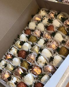 Sweet 16 Rose Gold , Gold and white theme Chocolate Dipped Strawberries, Chocolate Covered Strawberries, Candy Table, Dessert Table, Homemade Chocolate, Chocolate Recipes, Blackberry Syrup, Sweet 16 Cakes, Sweet 16 Birthday