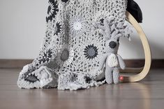 Do you know this artist Miga de Pan ? crochet and embroidery . dispatch from argentina in soft pink and g. Plaid Crochet, Knit Or Crochet, Filet Crochet, Crochet Motif, Crochet Hooks, Crochet Patterns, Textiles, Knitted Blankets, Shades Of Grey