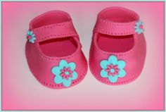 Learn how to make these cute little Fondant Baby Shoes. They will be a beautiful decoration on your cake! Ideal for christening, baby shower or birthdays.