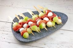 Tapas skewers with melon, mozzarella and ham - Best Summer Dinner Recipes Tapas Dinner, Tapas Menu, Tapas Party, Gluten Free Puff Pastry, Brunch, Snacks Für Party, Appetisers, High Tea, Clean Eating Snacks