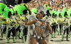 A rainha Camila Silva mostra charme durante desfile da Mocidade