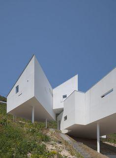 今回ご紹介するのは傾斜地に建つまるで秘密基地のような外観のユニークな家です。螺旋階段が高さの異なるボックスをつなぎ、プラ…