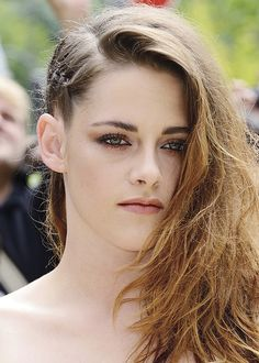 Kristen Stewart not only rocked a daring sheer lace jumpsuit today in Paris for fashion week, but also this very cool half-braid hair style. This side braid Half Braided Hairstyles, Wedding Hairstyles, Kristen Stewart, Hair And Nails, Parisian, Beauty Hacks, Beauty Tips, Curly Hair Styles, Braids
