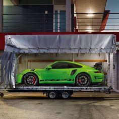 The New P O R S C H E gt3rs 520 cv, un 4.0 litri aspirato, 9000giri/min, il MITO della Stradale da Corsa, la piú cattiva di sempre ma forse l'ultima di cui qualcuno potra' goderne.. altri sognarla.. resterá il mito delle stradali da corsa per lasciare spazio alle nuove generazione Turbo 😞, gia' annunciate dalla casa di Stoccarda. Per adesso non ci pensiamo e lasciamola correre. #porsche #automotive #new #gr3rs #520 #porsche911 #911 #ride #performance #style #germany #stuttgart