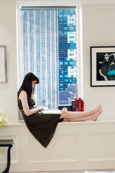 Anne Hathaway reads in The Devil Wears Prada (2006). A naive young woman comes to New York and scores a job as the assistant to one of the city's biggest magazine editors, the ruthless and cynical Miranda Priestly.