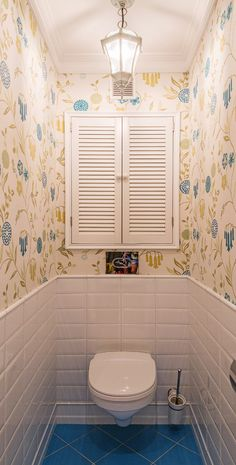 Small scandinavian bathroom vintage wallpaper centered accent window with shutter white ceramic tiles walls radiant blue Bad Inspiration, Bathroom Inspiration, Toilet Closet, Walk In Shower Designs, Small Toilet, Vintage Bathrooms, Small Bathrooms, Scandinavian Bathroom, Bathroom Toilets