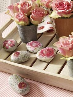 DIY: Decoupage paper flowers onto stones. Crafts To Make And Sell, Diy And Crafts, Arts And Crafts, Paper Crafts, Pebble Painting, Pebble Art, Stone Painting, Rock Painting, Diy Projects To Try