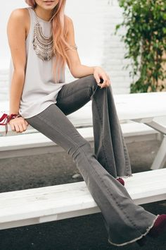 Grey flare, another vibe completely. Good to keep in mind the many moods that can be portrayed by jeans.