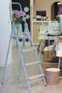 Ideas en polvo: Reciclando una escalera con Chalkpaint de Auténtico. Color cielo de verano + white chalk