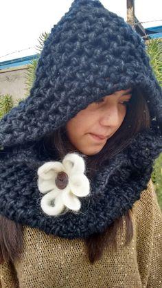 Cuello con capucha, negro, crochet, vellon, madera...