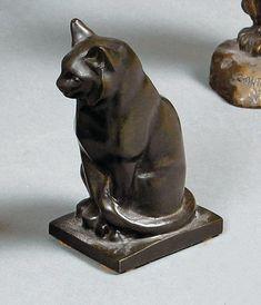 IRÉNÉE ROCHARD (1906-1984)  Chat assis Épreuve en bronze à patine brune, signée sur la terrasse. H. 11,5 cm Reproduit dans Pierre Faveton, Le chat, Ch. Massin éditeur, p. 60  Brissonneau