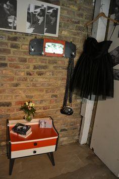 Table de chevet + porte-manteau Fifties Style, Fifties Fashion, Night Stand, Clothes Racks