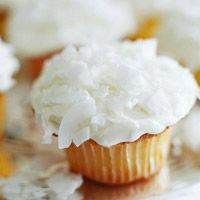 Tangerine Cupcakes with Coconut Frosting: For a citrusy twist on vanilla cupcakes, mix finely shredded tangerine into your batter. Fluffy coconut frosting makes a pretty and delicious topper. Spring Desserts, Köstliche Desserts, Delicious Desserts, Dessert Healthy, Frosting Recipes, Cupcake Recipes, Dessert Recipes, Mini Cakes, Cupcake Cakes