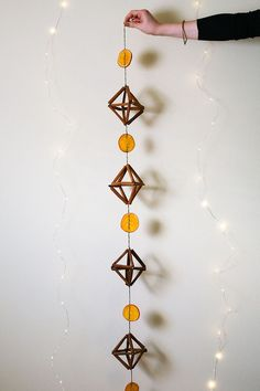 DIY cinnamon stick himmeli // jojotastic.com learn how to make your own garland with wooden beads, dried oranges, bakers twine, and cinnamon sticks. this tutorial is easy and great for handmade ornaments at Christmas!