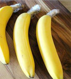 Bananas  Cobrindo a ponta do cabo das bananas com um pouco de papel filme, elas amadurecerão mais lentamente.