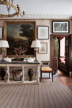 To restore a feeling of equilibrium to his Queen Anne house in Herefordshire, interior decorator Edward Bulmer remodelled the layout Küchen Design, House Design, Decoration Hall, English Country Decor, Hallway Furniture, Interior Decorating, Interior Design, Queen Anne, Traditional House
