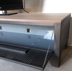 un meuble télé avec un ancien vestiaire