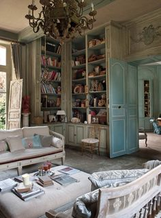 Great looking. Le Grillon Voyageur. Love the deep bookcases.