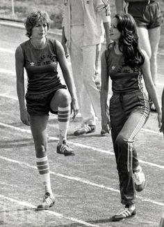 "Penny Marshall & Jaclyn Smith on ""Battle of the Network Stars"" Penny Marshall, Catherine Bach, Comedy Tv, Jaclyn Smith, First Tv, Reality Tv Shows, Carrie Fisher, Classic Tv, 70s Fashion"