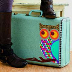 DIY Vintage suitcase and duct tape owl pattern! Cutest thing ever :) Owl Crafts, Cute Crafts, Diy Sac Pochette, Stencil, Decoupage, Duck Tape Crafts, Owl Always Love You, Vintage Suitcases, Owl Patterns
