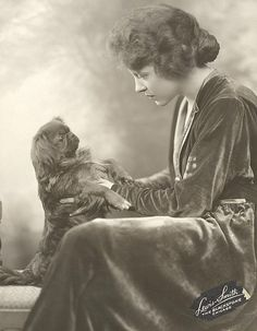 1925 Pekingese Photo: The actress Ruth Chatterton and a Pekingese. This Photo was uploaded by Pietoro Fu Dog, Dog Cat, Pekingese Puppies, Chinese Dog, Lion Dog, Japanese Chin, Old Pictures, Vintage Pictures, Dog Photos