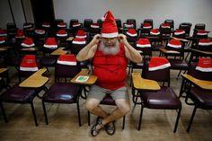 La Escuela de Papa Noel ya ha abierto sus puertas en Río de Janeiro. La escuela, fundada en 1993, prepara a los hombres para representar a Santa Claus. Las lecciones incluyen canto, preparación física, como saber vestirse y cuidar su barba.