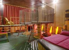 Bizarre Themed Hotel Rooms: Sleep in Coffins and Lion Cages At Berlin's Propeller Island