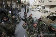 シリアの反体制派が重要拠点としていたヤブルード(Yabrud)市を奪還した後、市内の通りに立つ政府支持派部隊の戦闘員ら(2014年3月16日撮影)。(c)AFP/JOSEPH EID ▼17Mar2014AFP シリア政府軍、要衝ヤブルードを反体制派から奪還 http://www.afpbb.com/articles/-/3010429 #Syria #Siria #Syrie #Syrien #Suriye #Yabrud