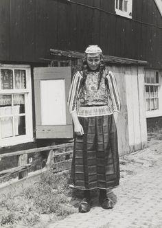 Jonge vrouw in streekdracht Marken, 1943 #NoordHolland #Marken